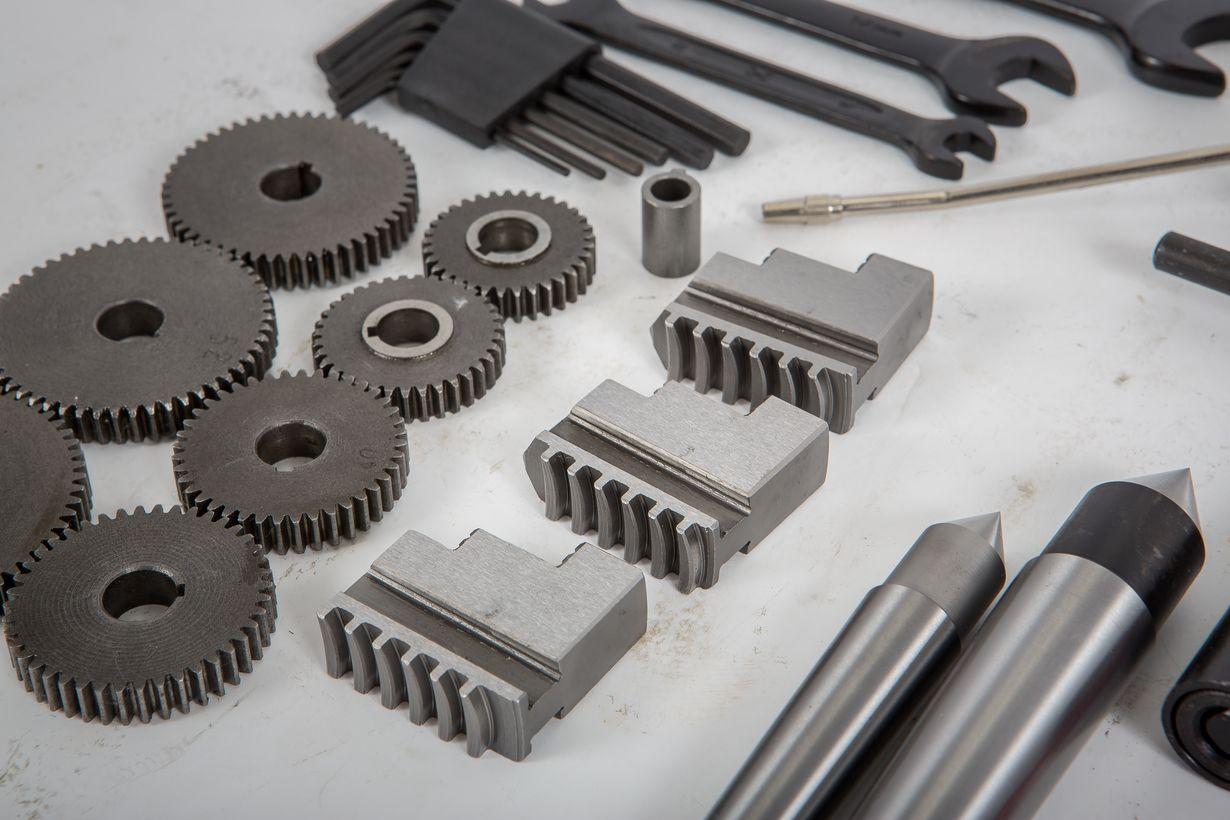 """<p><a href=""""http://optiua.com/сверлильные-станки/"""">Режущий инструмент</a> токарного станка или резец должны быть изготовлены из подходящего материала и заточены под правильные углы для эффективной обработки заготовки. Чаще всего используются универсальные коронки из быстрорежущей стали. Эти насадки для инструментов, как правило, недороги, их легко шлифовать на верстаке или шлифовальном станке, выдерживают много неправильного обращения и износа, и они достаточно прочные для всестороннего ремонта и изготовления. Инструментальные насадки из быстрорежущей стали могут справляться с высокими температурами, которые выделяются во время резки, и не меняются после охлаждения. Эти насадки используются для токарных, торцевых, расточных и других операций на токарном станке. Инструментальные насадки, изготовленные из специальных материалов, таких как карбиды, керамика, алмазы, литые сплавы, могут обрабатывать детали на очень высоких скоростях, но они хрупкие и дороги для обычных токарных работ. Инструментальные насадки из быстрорежущей стали доступны во многих формах и размерах, что позволяет использовать их на любом <a href=""""http://optiua.com/настольные-токарные-станки-по-металл/"""">токарном станке</a>.</p> <p><strong>ОДНО ТОЧЕЧНЫЕ ИНСТРУМЕНТЫ</strong></p> <p>Однонаправленные резцы могут быть одним концом резца из быстрорежущей стали или одной кромкой твердосплавного или керамического режущего инструмента или пластины. По сути, одноточечная фреза - это инструмент, выполняющий только одно режущее действие за раз. Машинист или оператор станка должны знать различные термины, применяемые к одноточечной насадке, чтобы правильно идентифицировать и шлифовать различные насадки (рис. 7-4).</p> <ul> <li>Хвостовик - это основная часть насадки.</li> <li>Носик - это часть насадки, имеющая остроконечную форму и образующую угол между боковой режущей кромкой и торцевой режущей кромкой. Радиус при вершине - это закругленный конец насадки.</li> <li>Лицевая сторона - это верхняя поверхность резца, п"""